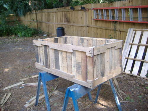 3 free container garden plans using reclaimed pallets for Making planters from pallets